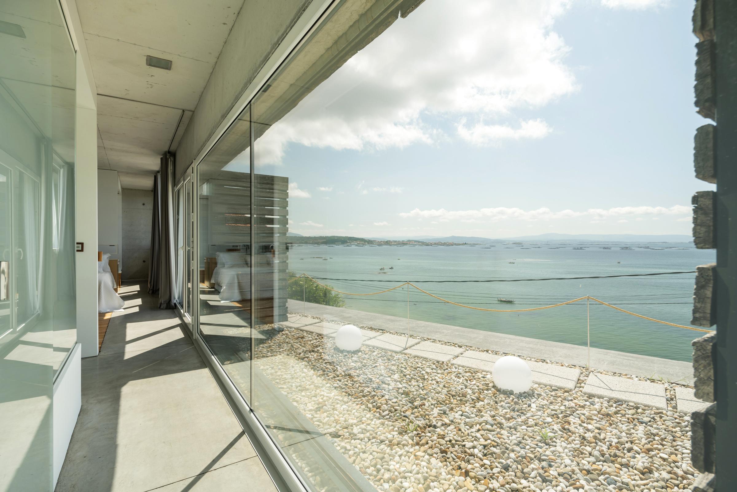 dezanove-house-luxury-villa-galicia-corridor-1